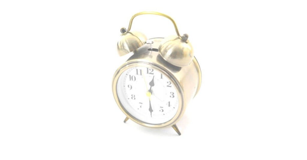 目覚まし時計の音が周囲に響く